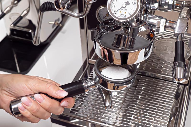 Jak na zpětný oplach pákového kávovaru?