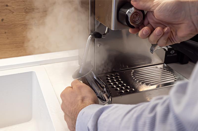 Jak na odvzdušnění a páru u jednobojlerového kávovaru?
