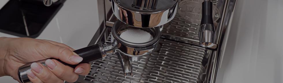 Čištění a údržba: Jak na zpětný oplach pákového kávovaru?