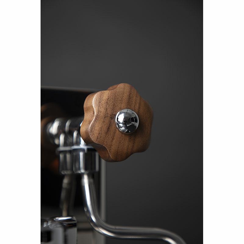 Lelit Bianca detail dřevěného kohoutu